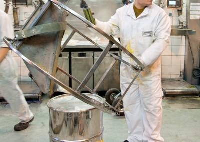Un employé de Treffert dans le hall de production