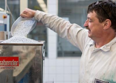 Un employé de Treffert lors du remplissage d'un substrat en plastique