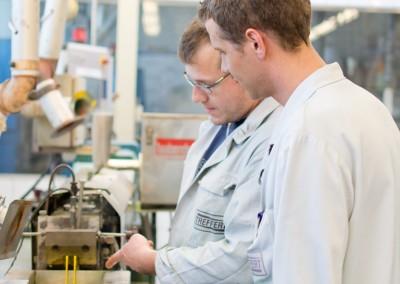 deux employés de Treffert pendant la production d'un compound
