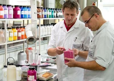 Les employés de Treffert lorsque l'on compare un produit en plastique de couleur avec un granulé de plastique colorée