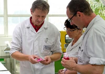 Les employés de Treffert avec un produit en plastique de couleur et d'une poudre de couleur développée pour la coloration des plastiques