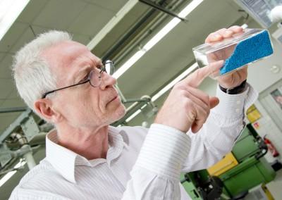 Un employé de Treffert vérifiée dans le laboratoire de la qualité d'un mélange-maître
