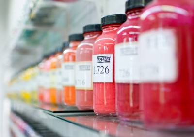 Ein Grundstoff für Einfärbungen, staubgebundene Farbpulvermischungen