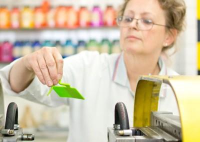 employé de Treffert avec un nuancier pour la production de mélanges-maîtres couleurs