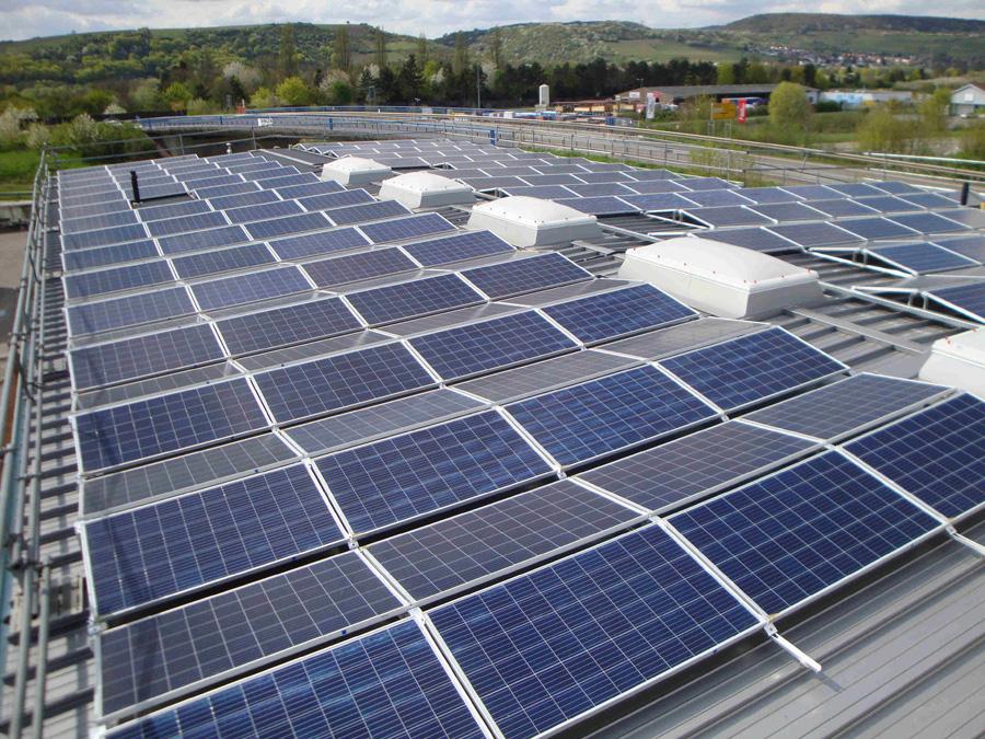 Firmeneigene Photovoltaikanlage auf dem Dach der neuen Lagerhalle von Treffert in Bingen
